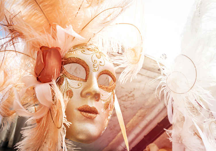 TenStickers. Murales per camera Carnevale di venezia. Murale di carnevale che presenta l'immagine di una persona che indossa una maschera favolosa al carnevale annuale di venezia.