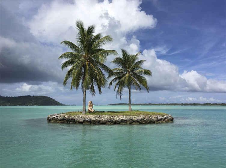 TenStickers. Mavi gökyüzü doğa duvar resimleri ile tropikal ada. Mavi gökyüzü ve bulut ile güzel bir tropik ada gösteren güzel doğal manzara duvar resmi. Kaliteli malzeme ile üretilmiştir.