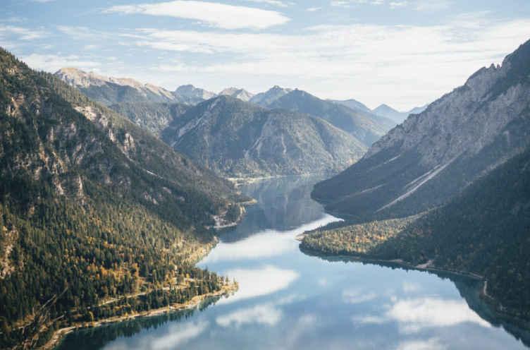 TenStickers. Papier peint mural de lac Lac bleu vif. Laissez vos invités et amis être surpris par votre goût pour la beauté de la nature avec ce papier peint sur le lac avec paysage de montagne.