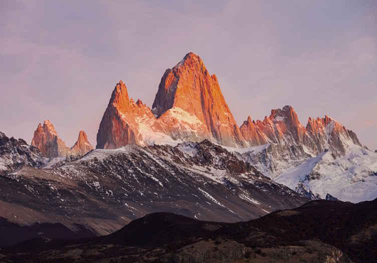 TenStickers. Fotomurale paesaggi Enorme montagna. fotomurale di montagna con un disegno di grandi montagne dai toni arancioni e blu, che darà un tocco di natura, pace e originalità allo spazio.