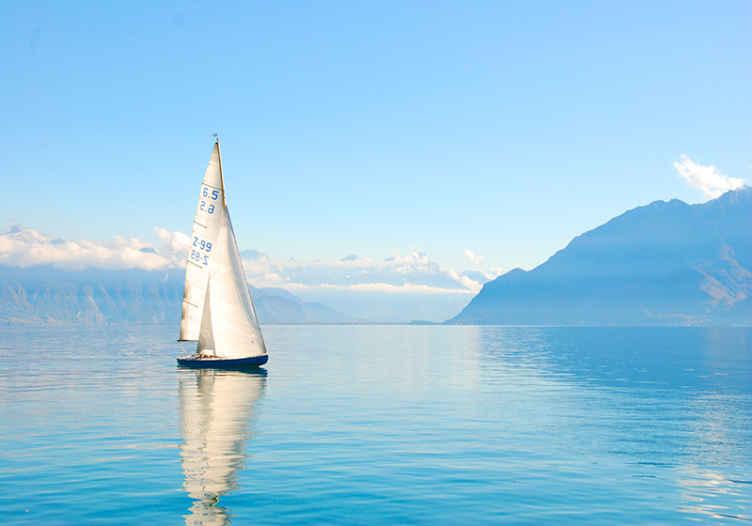 TenStickers. Ocean z jadrnicami pod stenskim obzidjem. Stenska poslikava z zasnovo čudovitega modrega oceana z jadrnico, idealna za vas, da svoji hiši daste pridih miru in narave.