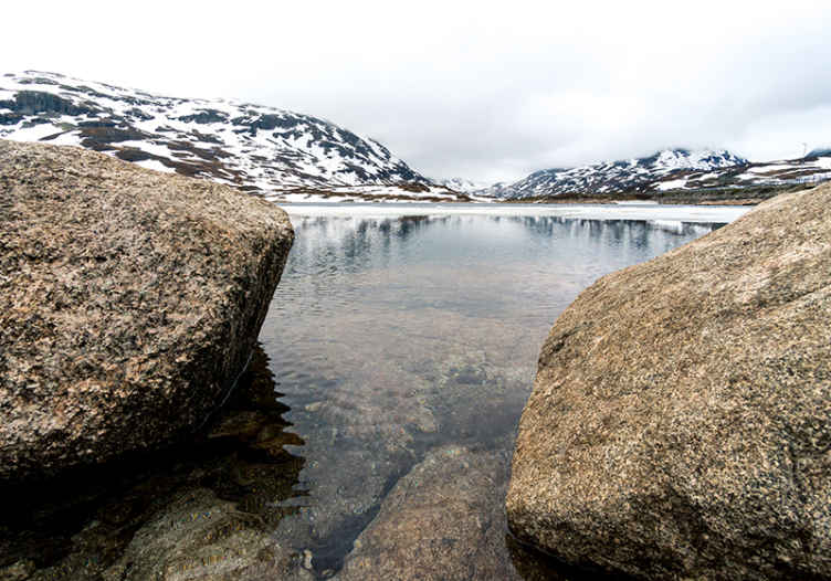 TenVinilo. Mural lago y montañas entre neblina. Increíble mural lago de montañas y lago con neblina para que decores tu casa y darle un aire fresco. Fácil de colocar ¡Envío gratis!