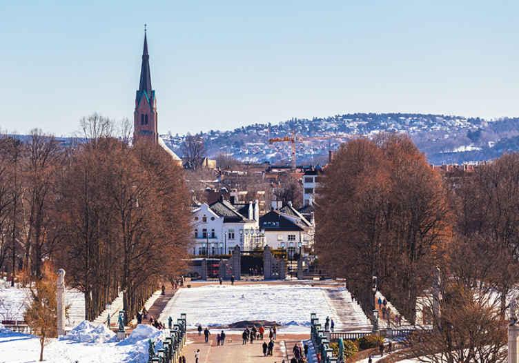 TenStickers. Oslo v zimě nástěnná tapeta. Přiveďte do svého prostoru scenérii s touto velkou fototapetou zimy v oslu. Je vyroben z kvalitního materiálu, odolný proti zvlnění a voděodolný.