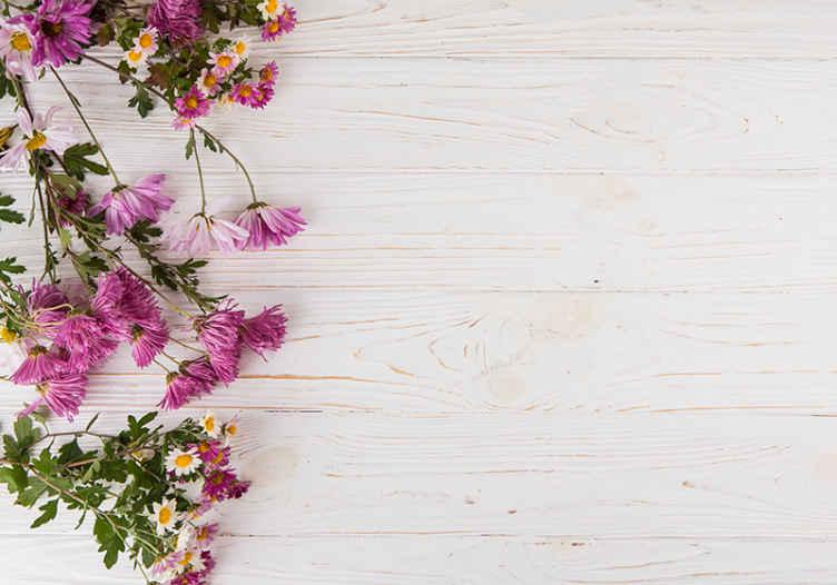 TenStickers. Drvene daske s cvijećem zidne slike zidne slike. Zidni natpis s ilustracijom ružičastog cvijeća na pozadini efekta drveta izvrstan je za obnavljanje izgleda zidova.
