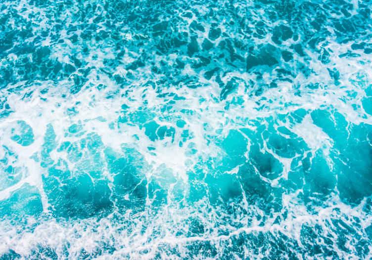 TenStickers. Vlny v odstínech modré pod mořem fototapeta. Mořská fototapeta se super originálním designem s ilustrací vln v odstínech modré, které dávají pocit, že si užíváte oceán.