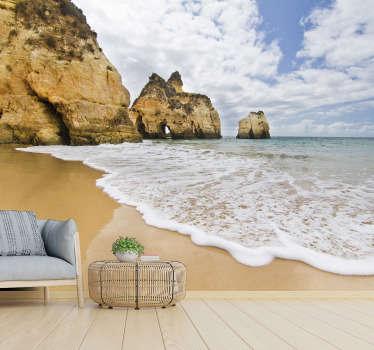 Un diseño de fotomural de paisaje costero que contiene rocas de cuevas alineadas en la misma dirección con el mar inundando la orilla y el cielo azul con nubes.