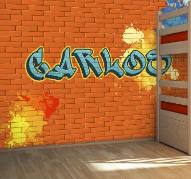 Fotomural de parede de arte urbana com uma imagem de um muro de tijolos laranja com destaque para um nome à sua escolha em estilo grafitti.