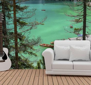 Une photo murale d'un lac bleu-vert pour la décoration de votre intérieur. Un très beau design réalisé à partir d'une photo d'une vue sur un lac derrière des arbres.