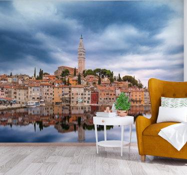 Fotomural con una vista del horizonte de Rovinj que se encuentra en una isla de Croacia. Mejora tu hogar con este hermoso diseño.
