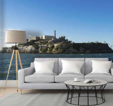 ¡Este gran fotomural para pared de salón muestra la isla de alcatraz con el océano en primer plano, ¡impresiona a tus invitados y a ti mismo!