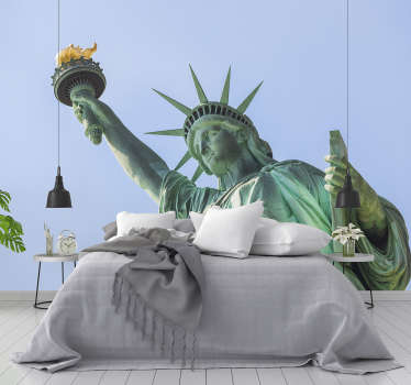 Denna new york-väggmålning med en bild av frihetsstatyn är perfekt för dig! Imponerar alla som besöker dig med en unik och modern inredning.