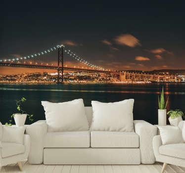 Adicione um pouco de conforto à sua casa com este magnífico mural de parede de cidades da Ponte 25 de Abril à noite.
