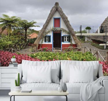 Aqui pode apreciar um belo fotomural de parede de cidades representando as típicas casa de Santana na Ilha da Madeira. Faça a diferença em sua casa com este design!