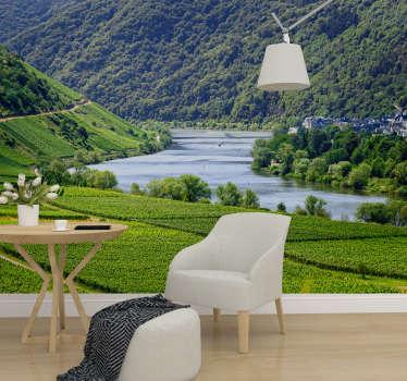 Eine malerische Landschaftstapete mit den Moselweinbergen in Deutschland. Eine neue beruhigende Dekoration, um mit Stil neu zu dekorieren!