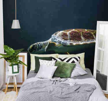 Rustige en gezellige slaapkamer fotobehang met de afbeelding van een zwemmende schildpad in de oceaan. Kies de exacte maat van je fotobehang!