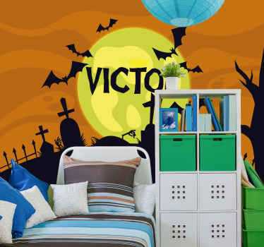 fotomural vinílico de parede de halloween decorativo adequado para o quarto das crianças, caracterizado com o desenho de túmulos, morcegos pretos voando, lua amarela e um nome personalizado.