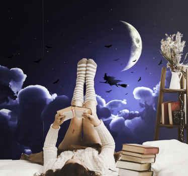Grand stickers mural halloween avec un ciel bleu profond avec des nuages, une demi-lune, des chauves-souris volantes et une sorcière volant avec un balai.