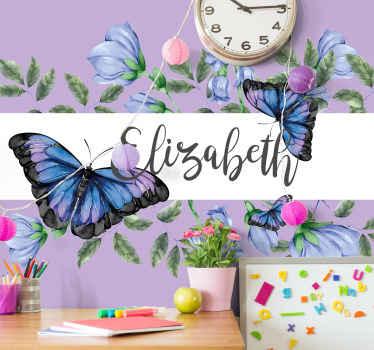 Papier peint papillon qui présente une image de beaux papillons bleus et violets avec le nom de votre enfant au centre sur une bande blanche.