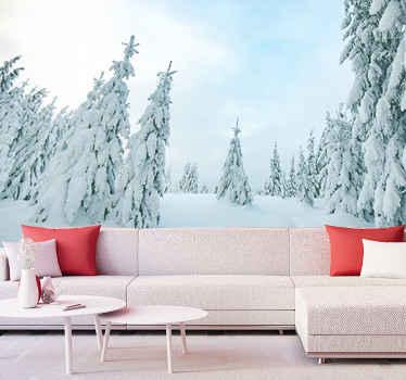 Metsämaisema tapetti kuvalla himmeällä lumella. Istuessasi olohuoneessasi voit melkein kuvitella itsesi tässä lumipeitteisessä metsässä.