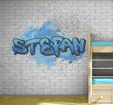 Murale graffiti qui présente le nom de votre enfant écrit dans une police de graffiti bleu sur un fond de mur de briques blanches.