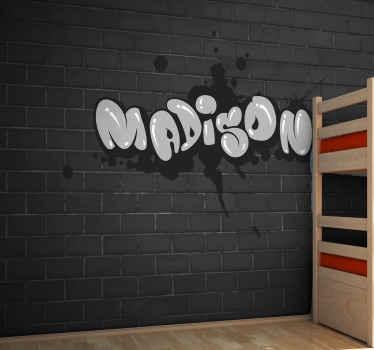 Papier peint graffiti qui présente le nom de votre enfant dans une police de graffiti cool avec un fond de mur de briques noires.