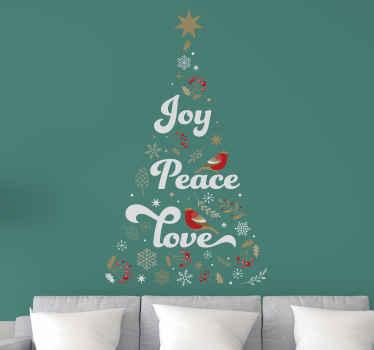 Arbre de noël déconstruit fait de décorations avec les mots paix, amour et joie à l'intérieur. Le fond est vert.  La meilleure décoration.