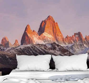 Horská nástenná maľba s dizajnom veľkých hôr s oranžovými a modrými tónmi, ktoré dodajú priestoru nádych prírody, pokoja a originality.
