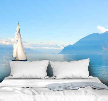 Kraštovaizdžio sieninis paveikslas, kurio dizainas yra gražus mėlynas vandenynas su burlaiviu, idealus būdas suteikti jūsų namams ramybės ir gamtos.