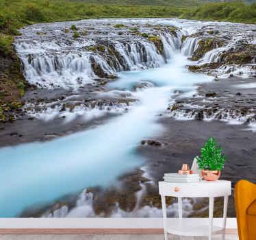 Murale cascade bleu vif. De nombreuses chutes d'eau à basse altitude - eau d'un bleu profond qui coule vers une rivière.