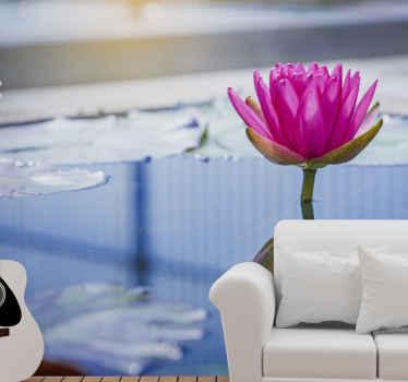 Eau bleu vif et murale d'arbre de fleurs roses. Fleur rose avec de minuscules pétales et une série de gouttes d'eau circulaires.