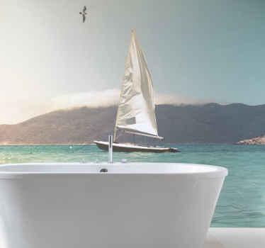 Cette murale de salle de bain transformera votre salle de bain en une salle de bain élégante. Avec la mer, le ciel bleu et un bateau blanc !