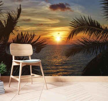 Les vagues et le soleil sous la mer papier peint. Coucher de soleil avec des palmiers de chaque côté. Vue de premier plan d'un océan bleu.