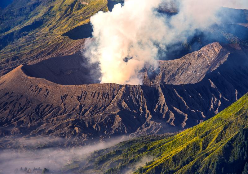 """TenStickers. Erupcija vulkana planinski mural. Veličanstveni krajolik pozadina fotografija """"erupcija vulkana"""" savršena za donošenje prirode kući. Kupiti online! Kućna dostava! Personalizirane naljepnice."""
