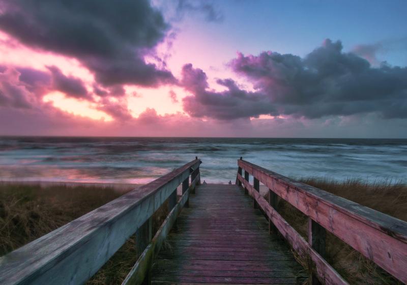 TenStickers. Růžové mraky a paluba noční obloha fototapeta. Uvolněná a velmi krásná fotka tapety na chodbě, ideální pro zdobení vašeho pokoje, abyste mohli obdivovat tu nejlepší krajinu. Donáška domů!