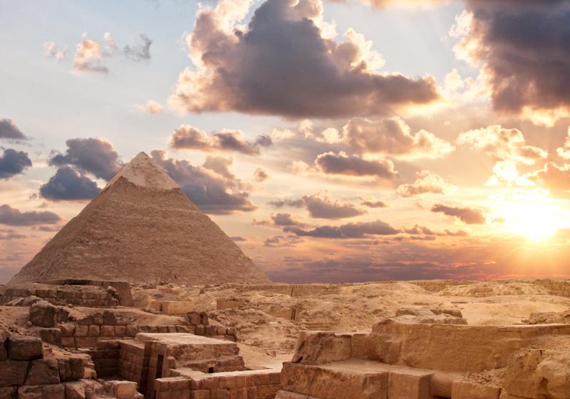 TenStickers. Fototapeta pyramidy design. Tato krajina fototapeta byla inspirována egyptskou kulturou s obrázkem pyramidy v krásném slunci s mraky na obloze. Donáška domů!