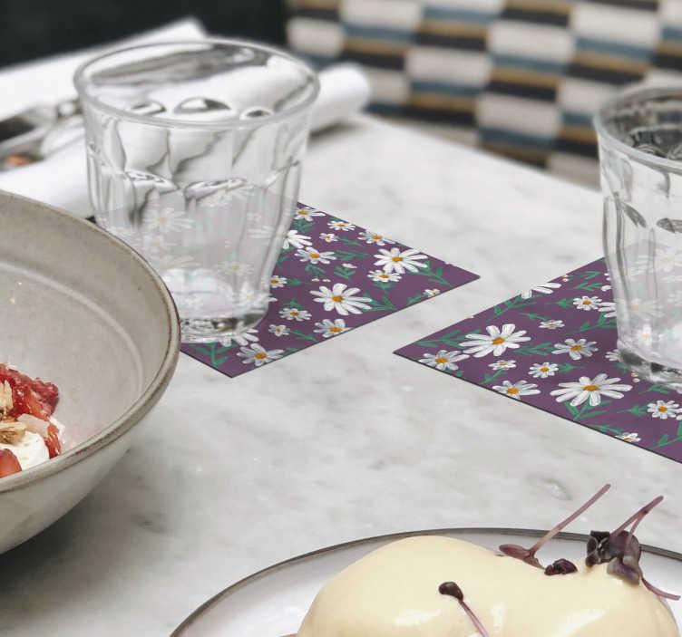TenStickers. Dessous de verre floral marguerite avec fond violet. Regardez ce caboteur de fleurs de marguerite peint à la main avec un fond violet. Ce serait magnifique dans votre maison. Achetez-le maintenant par lot de 4, 6 ou 8!