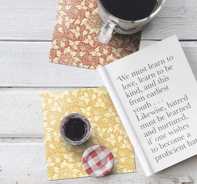TenStickers. Dessous de verre d'ornement floral vintage. Ce magnifique dessous de verre à imprimé floral est exactement ce dont vous avez besoin pour décorer vos tables! Design avec des fleurs beiges et un fond monochrome.