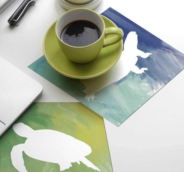 TenStickers. πολύχρωμο πακέτο πλακιδίων χελώνας. θέλετε να αρωματίσετε το στυλ διακόσμησής σας; αυτά τα σουβέρ σιλουέτα είναι ιδανικά για εσάς! πολύχρωμο φόντο με μια λευκή χελώνα.