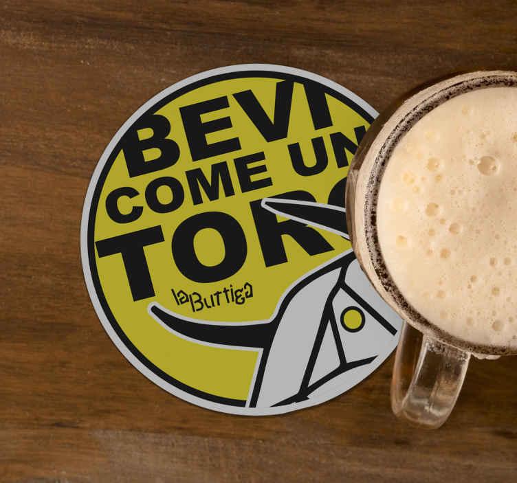 """TenStickers. Sottobicchiere personalizzato birra Bevi come un toro. Tappetino da birra che presenta il testo """"bevi come un toro"""" con l'immagine di un toro sotto. Materiali di alta qualità utilizzati."""