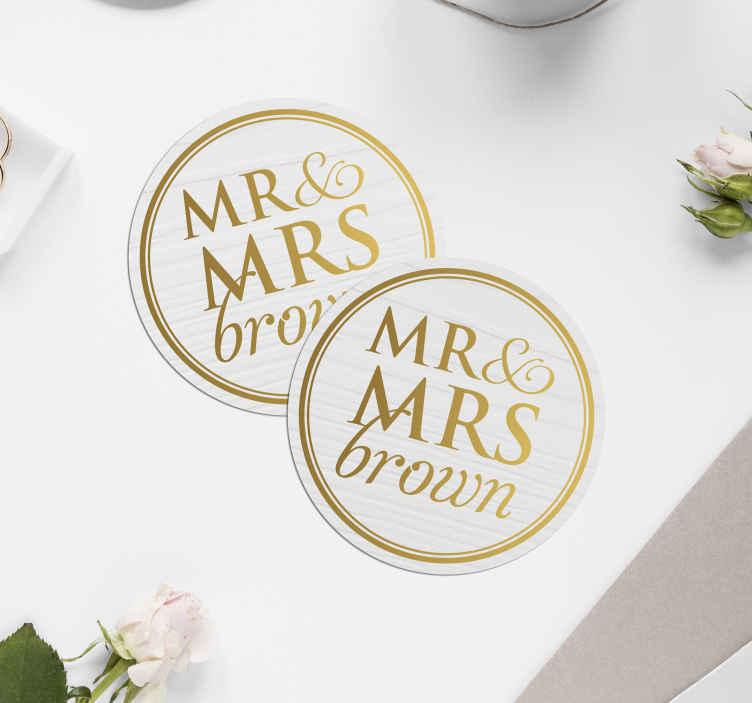 TenStickers. Onderzetters bruiloft Elegante heer en mevrouw voor bruiloften aa. Prachtige gepersonaliseerde bruiloft onderzetters die uw grote dag buiten gewoon speciaal zullen maken. Meld u aan op onze website voor 10% korting op uw eerste bestelling.