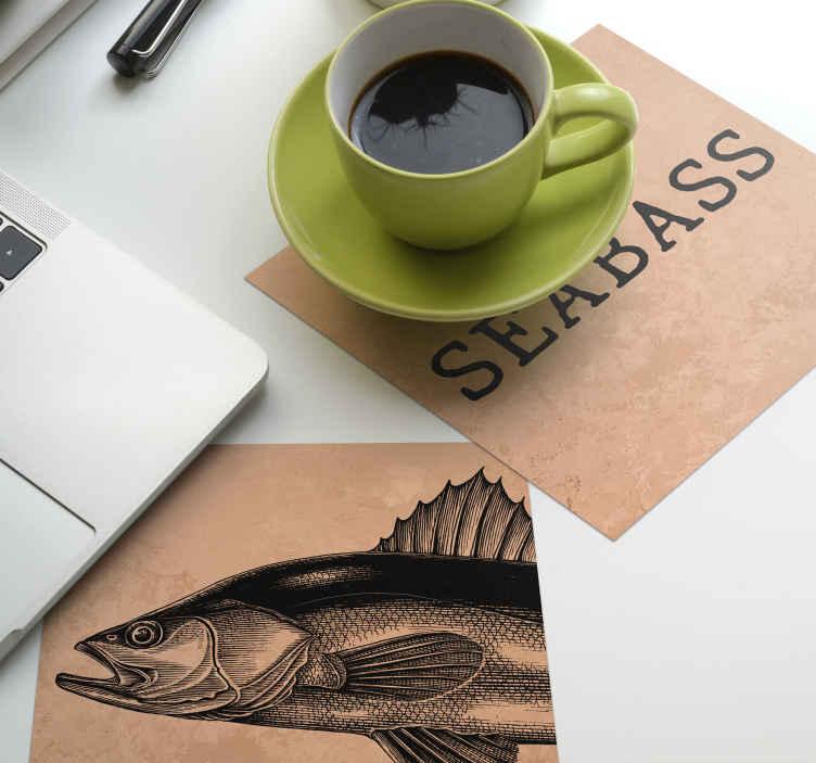 """TenStickers. Sottobicchiere disegnato a mano con spigola. Un incredibile sottobicchiere di pesce in due pezzi che ha una foto di una spigola e un testo """"spigola"""". Facile da pulire. Impermeabile."""