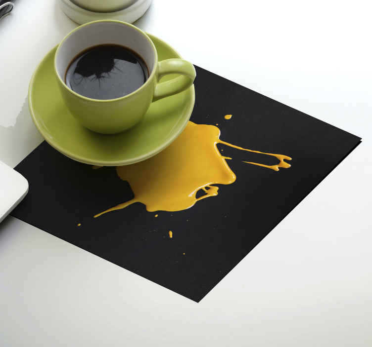 TenStickers. 油漆效果杯垫. 洒油漆纹理喝杯垫设计。一个带有黑色背景的矩形杯垫,外观为黄色油漆溅出。