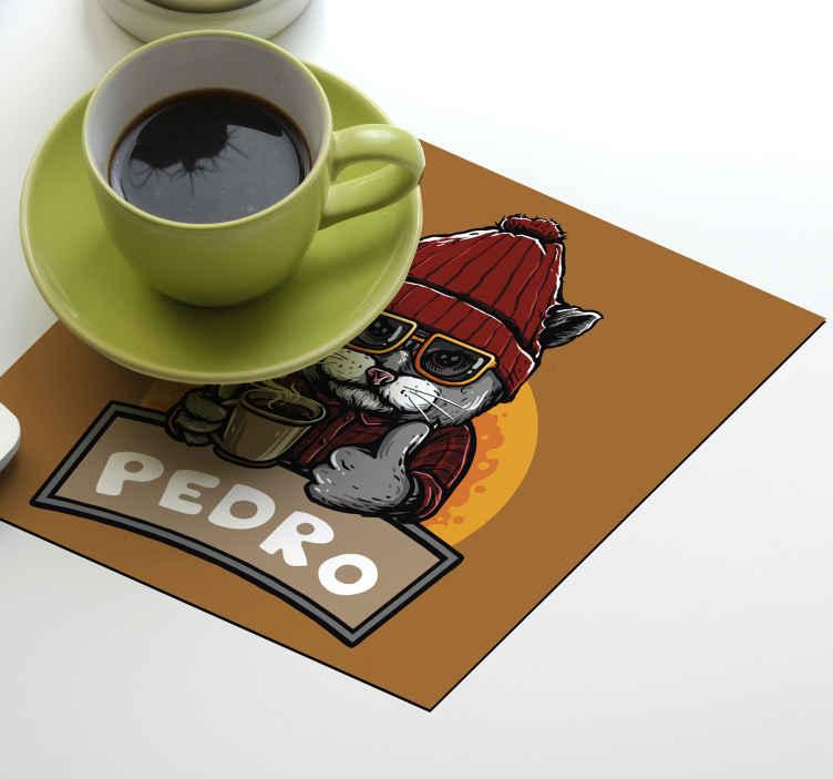 TenVinilo. Posavasos vintage gato retro con nombre. Posavasos personalizado con un divertido diseño de gato relajante con una taza de café. Es personalizable con su propio nombre