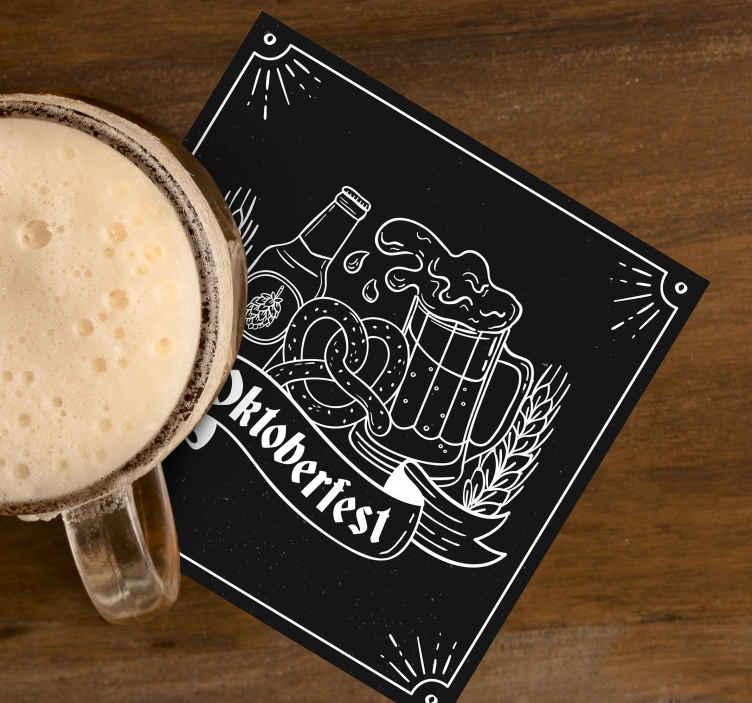 TenStickers. холодное пиво с именем медвежьи подставки. специальный коврик для пива для любителей пива. этот дизайн сделан с пивной бутылкой и заполненной пивной чашкой на черном фоне. продукт высокого качества.