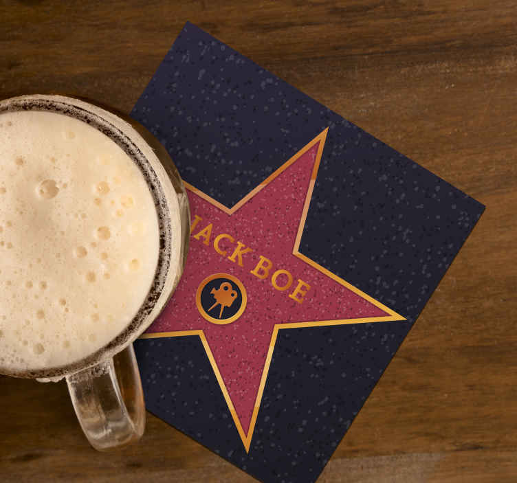TenStickers. Bierdeckel Freak Hollywood Stern mit Namen. Hollywood Stern Geek Getränke Untersetzer. Das Design wird auf einem roten Hintergrund mit einem Stern und anpassbarem Text erstellt. Leicht zu pflegen.