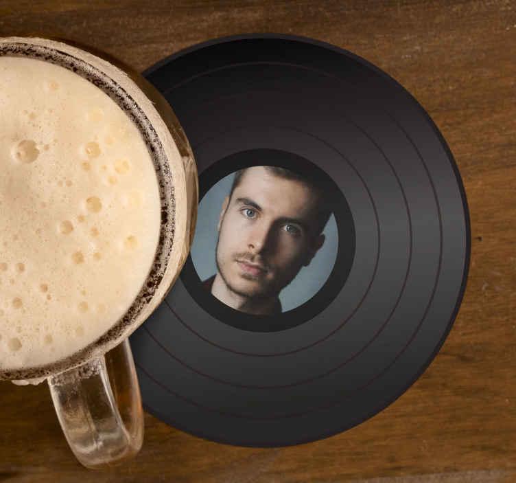 TenStickers. Disk med personaliserede ølmåtter til fotografering. Tilpas dit eget image på vores moderne kvalitet coastergere i høj kvalitet. Upload dit billede for at oprette din egen stil til din coaster.