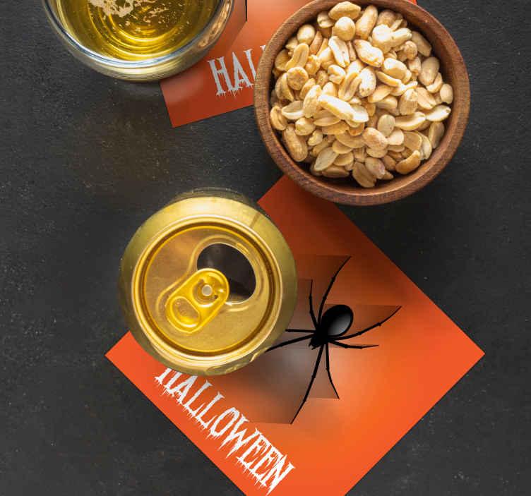 """TenStickers. Pavouk halloween pít dráha. Lehce udržovatelná nápojová dráha s designem na oranžovém pozadí s realistickým plazivým pavoukem má text, který říká """"halloween""""."""