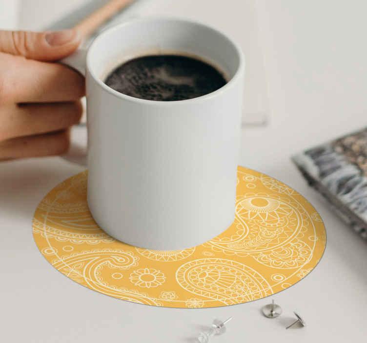 TenStickers. 阿拉伯文佩斯利杯垫. 易于清洁的圆形杯垫,采用装饰性佩斯利图案设计,呈黄色。它由优质材料制成。