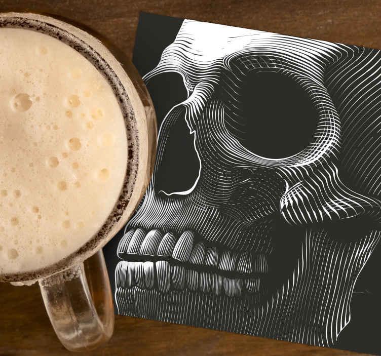 TenStickers. Sottobicchiere originale di halloween. Sottobicchiere originale di halloween. Il design presenta un spaventoso teschio scheletrico che occupa l'intera superficie di sfondo del prodotto.