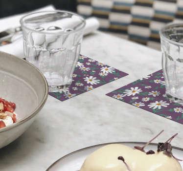 Regardez ce caboteur de fleurs de marguerite peint à la main avec un fond violet. Ce serait magnifique dans votre maison. Achetez-le maintenant par lot de 4, 6 ou 8!